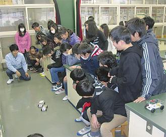 電池の実験をする児童ら