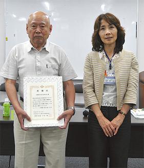 表彰された勝又会長(左)と区長