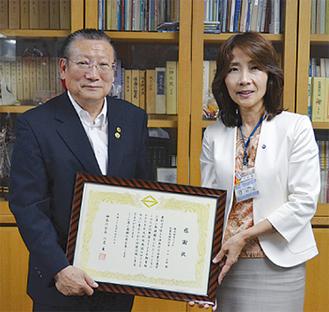 感謝状を受け取った小山さん(左)