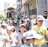 夏祭りで山車を引く住民たち