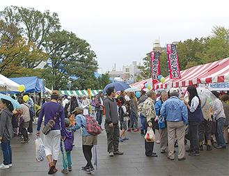 昨年は雨の中多くの人が訪れた