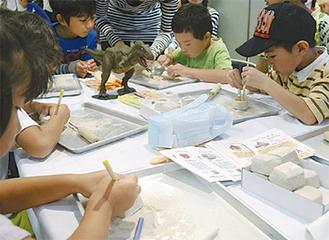 化石の発掘体験をする子どもたち
