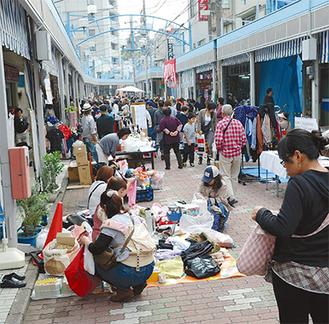 多くの人出があった昨年のフリーマーケット
