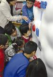 マシンの動きや音に興味津々の児童たち