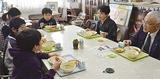給食を食べながら談笑する吉田さんら