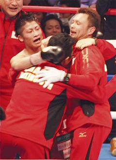 勝利を喜ぶ井上選手(左)ら大橋ジム陣営