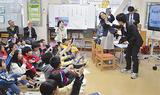 カメラに向かって手を振る児童ら
