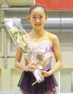 表彰台に立つ青木さん=母親・美和さん提供