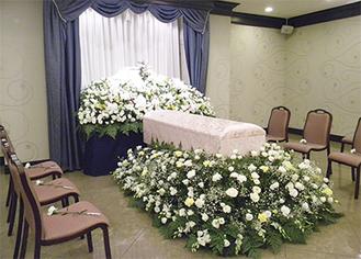 生花で彩る祭壇は同社のオリジナル
