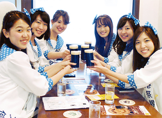 横浜ポーターで乾杯する横浜開港祭親善大使