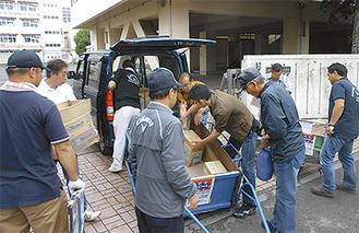 物資を運搬する参加者