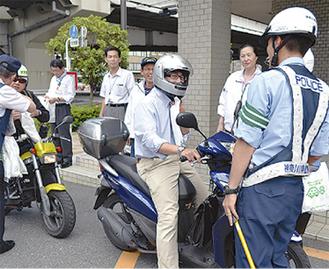 警察の呼びかけに応じる運転者