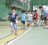 走りながらラダーを跨ぐ児童たち