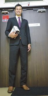事務所のドアより高い飯島さん