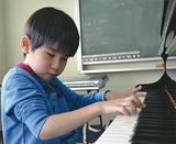 小さな手で鍵盤を弾く小原君