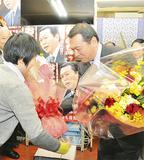 支持者から花束を受け取る小此木氏=神奈川区の選挙事務所で