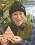 手作りの三角納豆を手にする中村さん