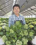 手塩にかけた花を手にする小川さん