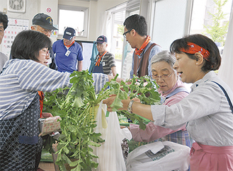 野菜を買う地域住人