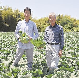 丹精込めて育てた作物を手にする原田さん親子