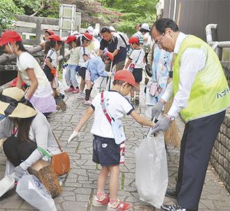 ゴミ拾いする参加者たち