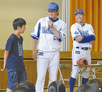 下園選手(中央)と飛雄馬選手からアドバイスを受ける児童