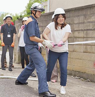 消防職員の指導で放水する参加者