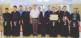 横田署長(中央右)と優勝したメンバーら