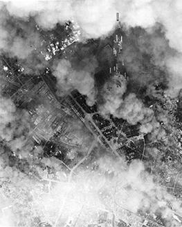横浜空襲の様子(市史資料室所蔵【米空軍】)