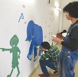 慎重に色を重ねる学生たち