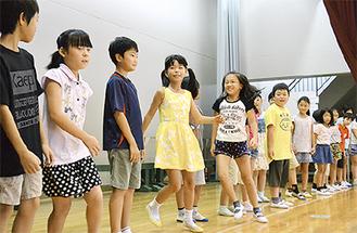 物語の世界を踊りで表現した子どもたち