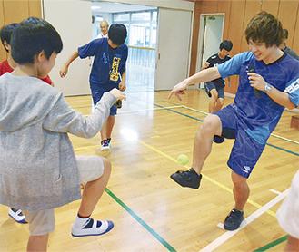 児童にコツを教える石田選手