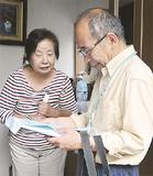 訪問先で会話をする小泉さん(右)
