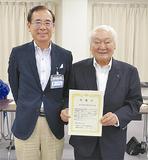 二宮区長(左)から感謝状を受け取った伊東会長(右)