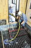訓練で浴場から温泉を汲み上げる消防団員