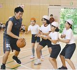 ミニゲームを楽しむ喜久山選手と児童たち