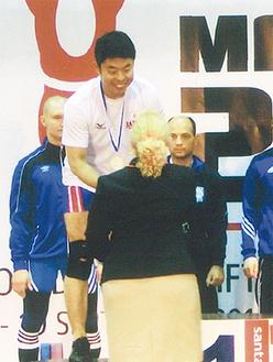 表彰台でメダルを受け取る久保田さん=本人提供