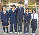 新旧両方の制服を着る生徒会役員たち