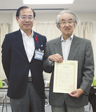 二宮区長(左)から感謝状を受け取った千葉会長(右)