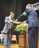 横田署長から感謝状を受け取る代表者