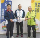 大須賀所長(中央)から幟を受け取った柳澤会長(右)と竹田会長(左)