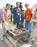焼き芋を作る幸ケ谷小学校おやじの会のメンバー