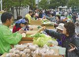 奥まで行列が続いた野菜販売