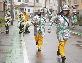 放水準備に走る消防団員