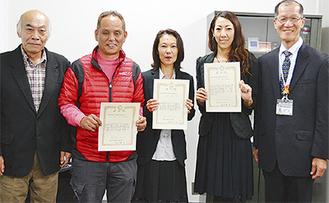 吉田さん(右から2番目)と石田さん夫妻(左から2番目・中央)ら