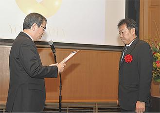 認定証を受け取る安田さん(右)