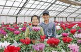 手塩にかけた花を手にする小泉夫妻