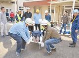 救助訓練をする参加者