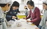 児童と一緒に作った災害食を試食する参加者