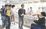 表彰状を受け取る「amam kitchen」のメンバー